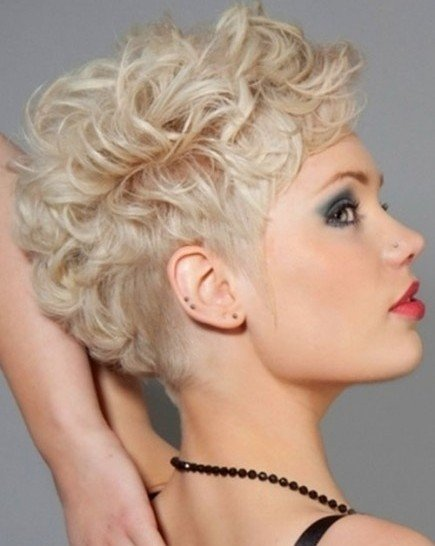 Short-Curly-Hairstyles-for-Women-Blonde-Hair-1.  Short-Curly-Hairstyles-with-Bangs-. asymmetric-curly-bob. b 3 25529. capelli -corti-mossi-1 c3196e1040b3
